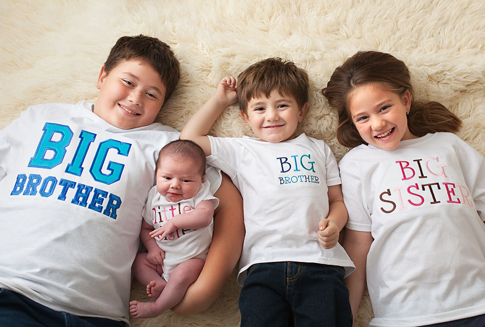 newborn-baby-with-3-older-siblings