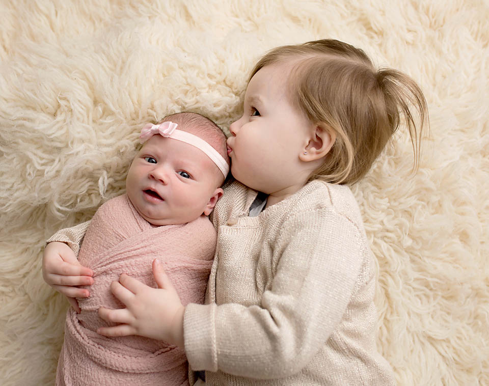 Hugs from big sister, sibling photo by newmarket baby photographer