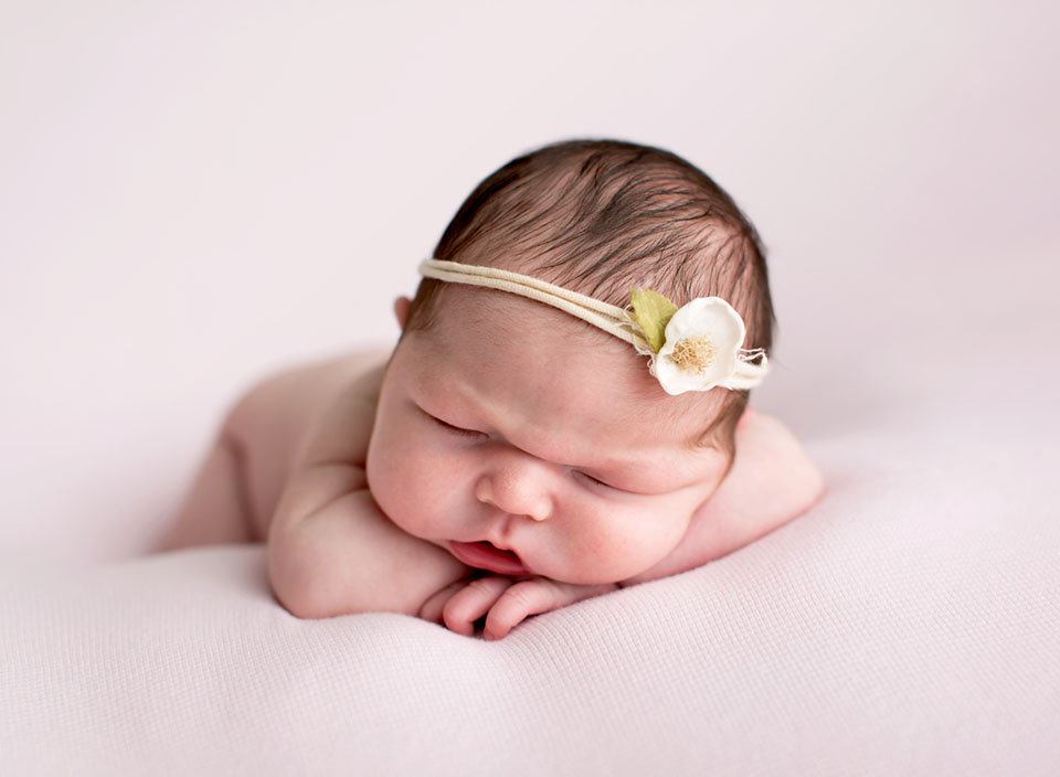 Professional newborn photographer in Keswick Ontario